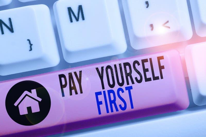 Концептуальное рукописное написание, показывающее Pay Yourself First Business фото текст Сохранение для будущего Отказываясь от ч стоковое фото