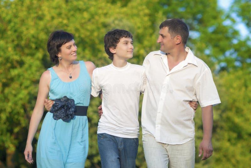 Концепции влюбленности и семейных ценностей Счастливая кавказская семья из трех человек тратя время совместно стоковые изображения rf