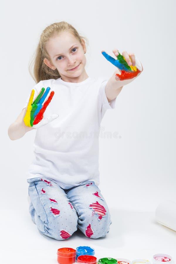 Концепции детей Портрет усмехаясь маленькой девочки показывая грязное Colo стоковые фото
