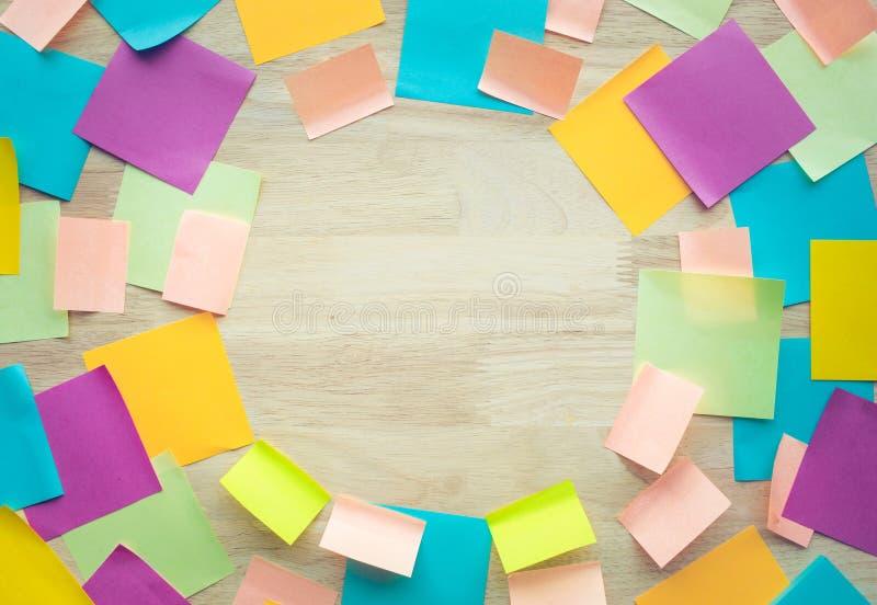 Концепции идей воодушевленности с красочным notepaper на деревянной таблице стоковые изображения