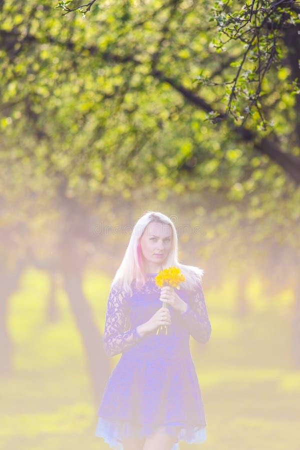 Концепции красоты Затишье и чувственное кавказское белокурое с пуком цветков стоковое изображение