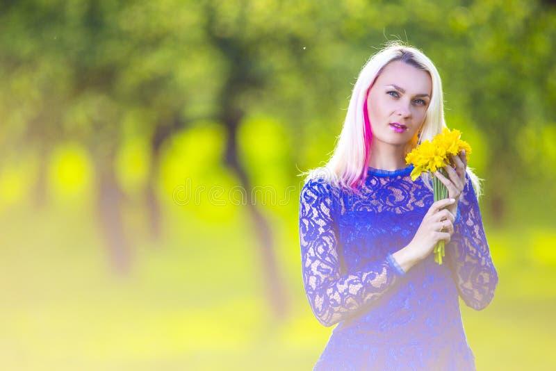 Концепции красоты Затишье и чувственное кавказское белокурое с пуком Duffodils стоковые фотографии rf