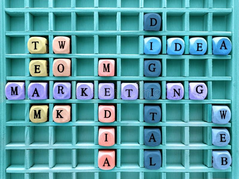 Концепции маркетинга связи цифрового сформировали с деревянным новичком стоковая фотография