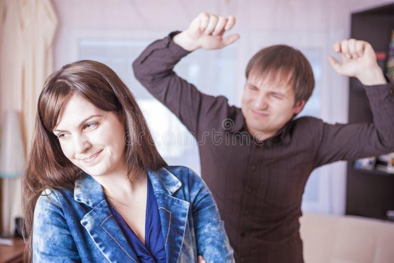Концепции насилия семьи Молодая кавказская ссора пар внутри помещения стоковые фото