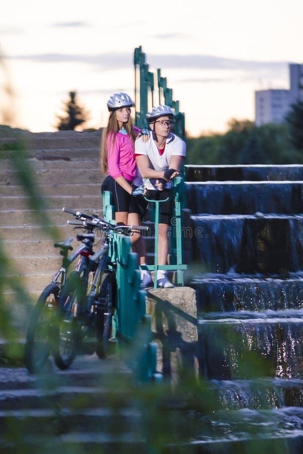 Концепции образа жизни спорта Кавказские пары велосипедистов с горными велосипедами стоковые изображения rf