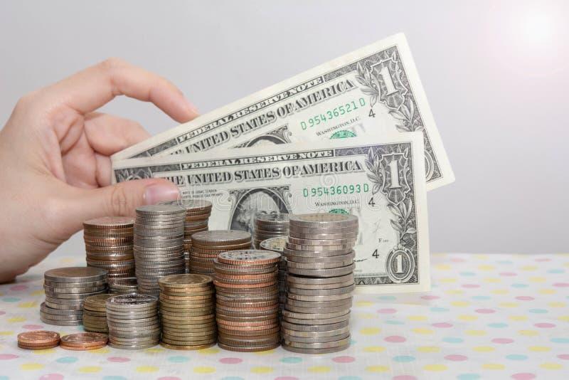 концепции покупок, представленные женскими руками, с банкнотами, стоящими за денежными сумками, на белом, денежном, финансовом, д стоковое изображение rf