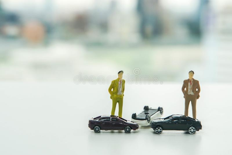 Концепция автомобильной катастрофы и автострахования - авария автомобилей на дороге стоковая фотография