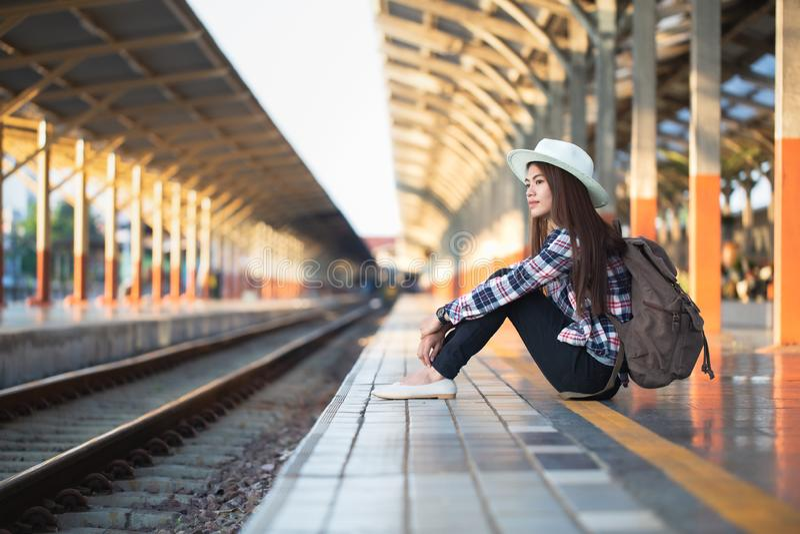 Концепция активных и перемещения образа жизни, турист путешественника женщины идя с багажом на вокзале стоковое фото