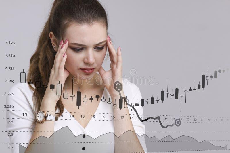 Концепция данным по финансов Женщина работая с аналитиком Составьте схему данным по диаграммы с японскими свечами на цифровом экр стоковое изображение rf