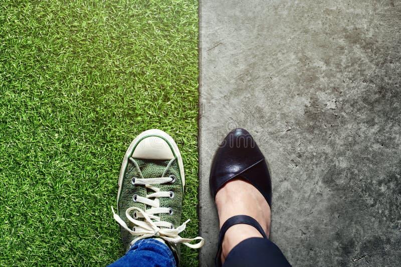 Концепция баланса жизни для работы и перемещения присутствующих в pos взгляд сверху стоковое фото