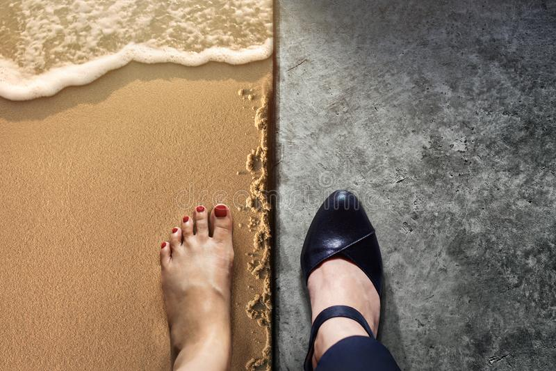 Концепция баланса жизни для работы и перемещения присутствующих в pos взгляд сверху стоковая фотография rf