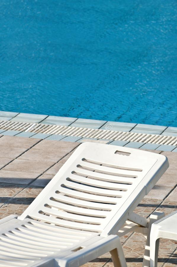Концепция бассейна с неудачей и бассейном солнца стоковые изображения rf