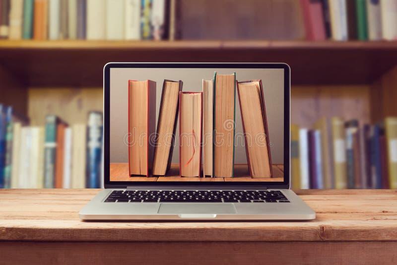 Концепция библиотеки EBook с портативным компьютером и книгами стоковое изображение rf