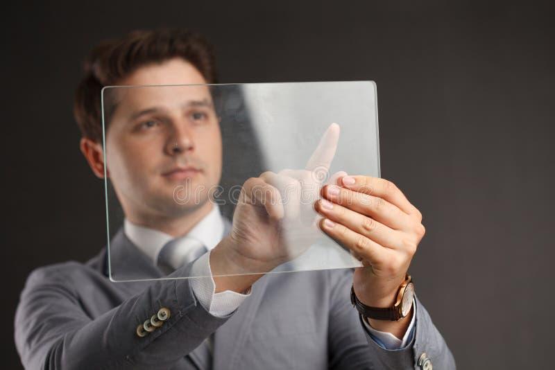Концепция бизнеса, технологии, Интернета и сети Предприниматель, работающий на планшете будущего, выберите на виртуальном дисплее стоковое изображение