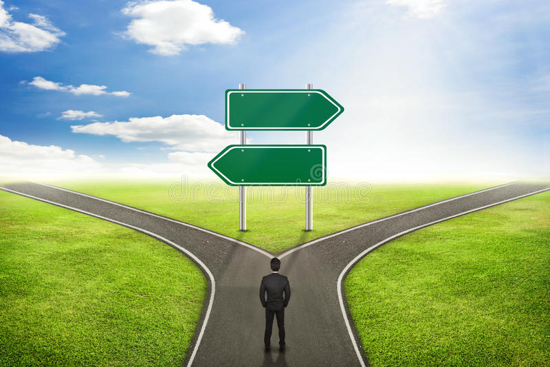 Концепция бизнесмена, пустая дорога столба знака к правильному пути стоковое фото rf