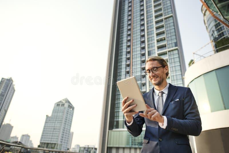Концепция бизнесмена работая соединяясь стоковые фото