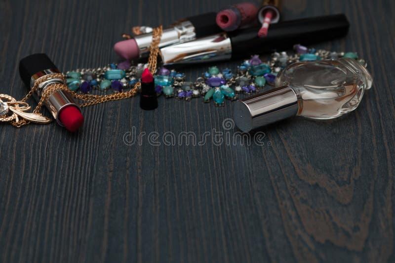 Концепция блоггера моды женственная Минимальный комплект аксессуаров женщины на предпосылке Натюрморт объектов: косметики, дух, д стоковое фото rf
