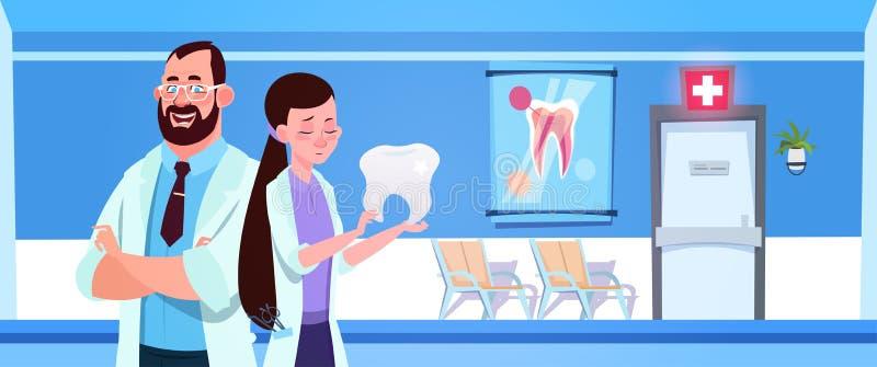 Концепция больницы или клиники дантиста зубоврачебного офиса докторов Команды Holding Зуба Над человека и женщины внутренняя иллюстрация штока