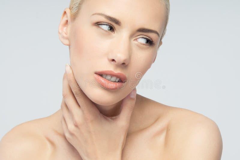 Концепция боли Молодая женщина с касаться ее горлу стоковая фотография rf