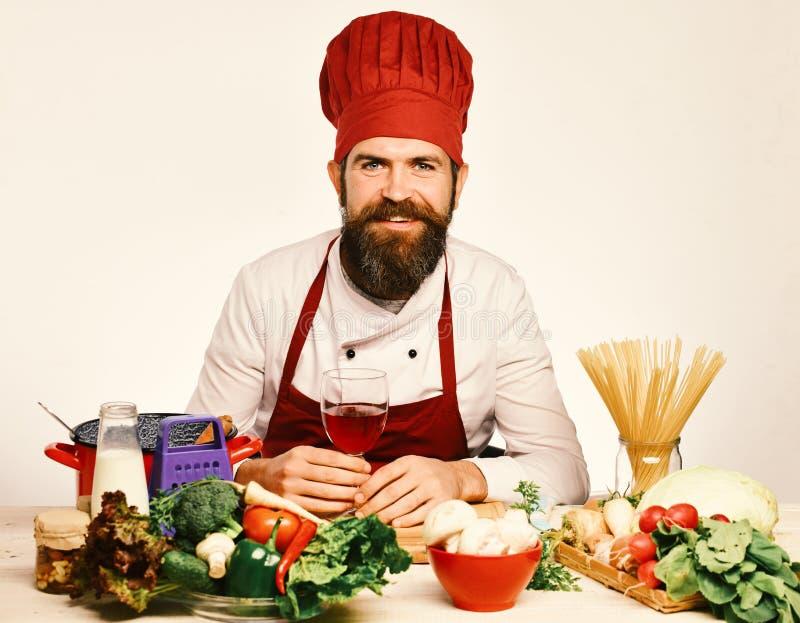 Концепция варочного процесса Шеф-повар подготавливает еду Кашевар с счастливой стороной в бургундской форме стоковое изображение
