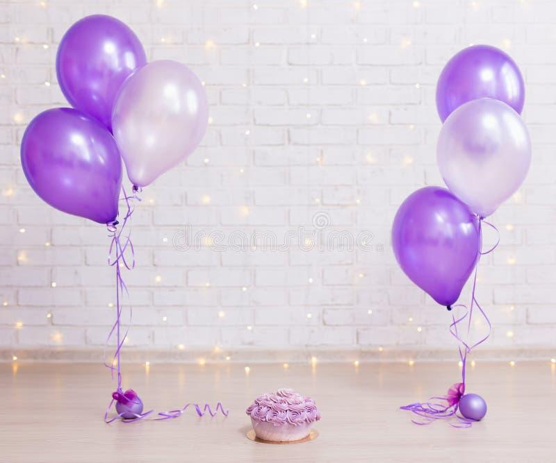 Концепция вечеринки по случаю дня рождения - испеките над предпосылкой кирпичной стены с li стоковое фото