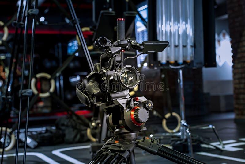 Концепция видео- процесса творения кулуарная перед записывать видео- блог выбор угла подготовка положения стоковое фото