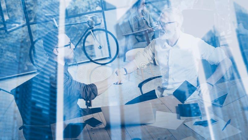 Концепция двойной экспозиции Рукопожатие партнерства дела Процесс handshaking businessmans фото 2 бородатый успешно стоковое фото rf