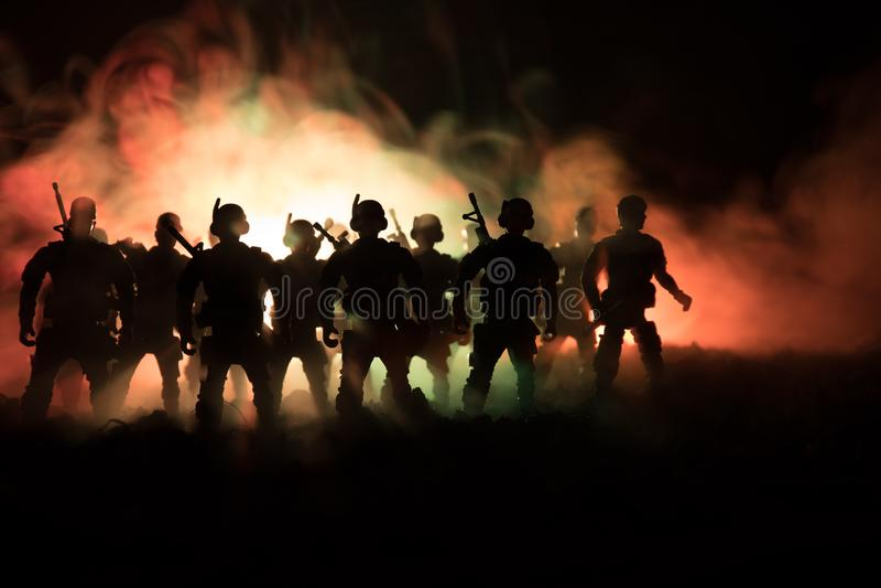 Концепция войны Воинские силуэты воюя сцену на предпосылке неба тумана войны, силуэтах солдат мировой войны под пасмурным горизон стоковые фото