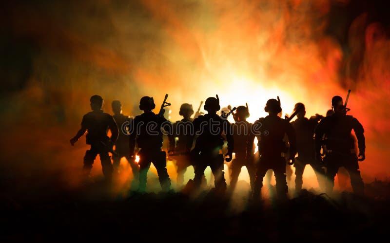 Концепция войны Воинские силуэты воюя сцену на предпосылке неба тумана войны, силуэтах солдат мировой войны под пасмурным горизон стоковое изображение