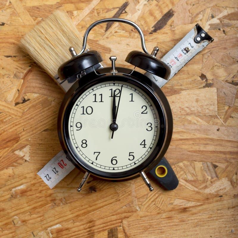 Концепция времени DIY Инструменты окружая черный будильник стоковое фото rf