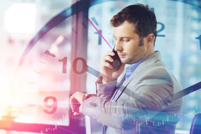 Концепция времен дела бизнесмен вызывая умный мобильный телефон стоковая фотография