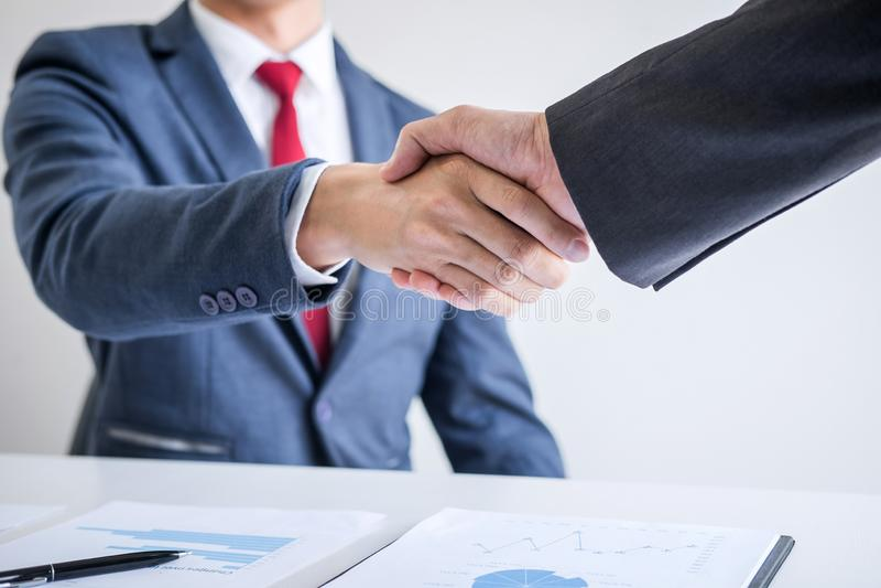 Концепция встречи и приветствия, уверенное рукопожатие дела 2 и бизнесменов после обсуждать хорошее дело торгуя контракта стоковое изображение