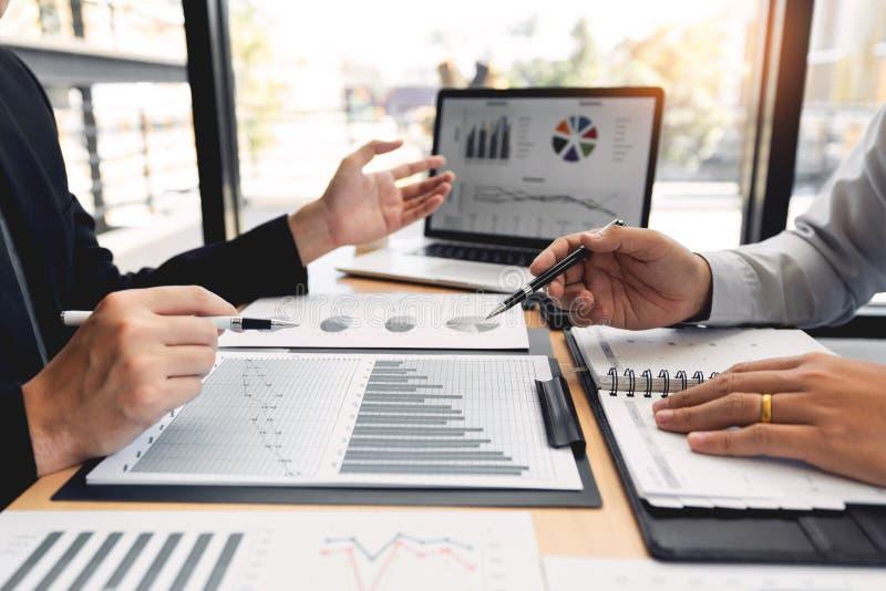 концепция встречи компании сыгранности, деловые партнеры работая с ноутбуком совместно анализируя проект запуска финансовый стоковое фото rf