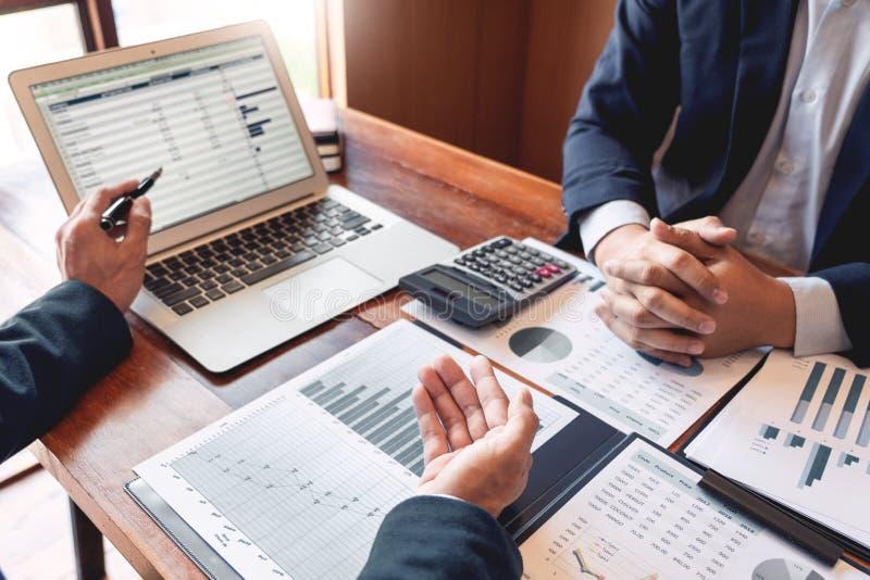 концепция встречи компании сыгранности, деловые партнеры работая с ноутбуком совместно анализируя проект запуска финансовый стоковые изображения