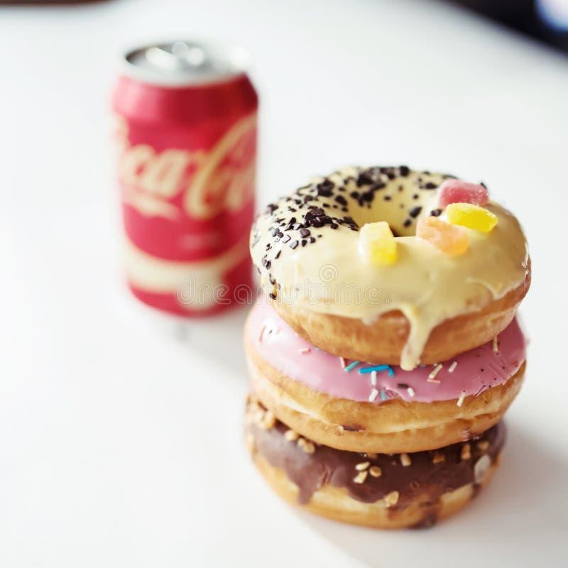 Концепция высококалорийной вредной пищи с питьем и донутом кока-колы стоковое фото rf