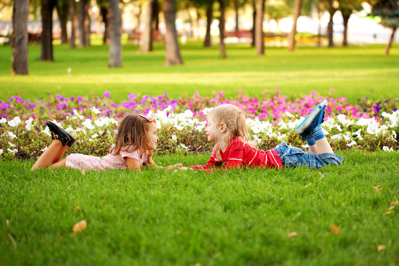 Концепция влюбленности. Пары детей внешних стоковые изображения rf
