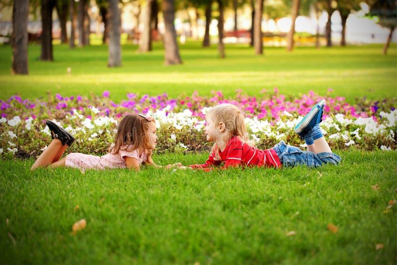 Концепция влюбленности. Пары детей стоковое фото