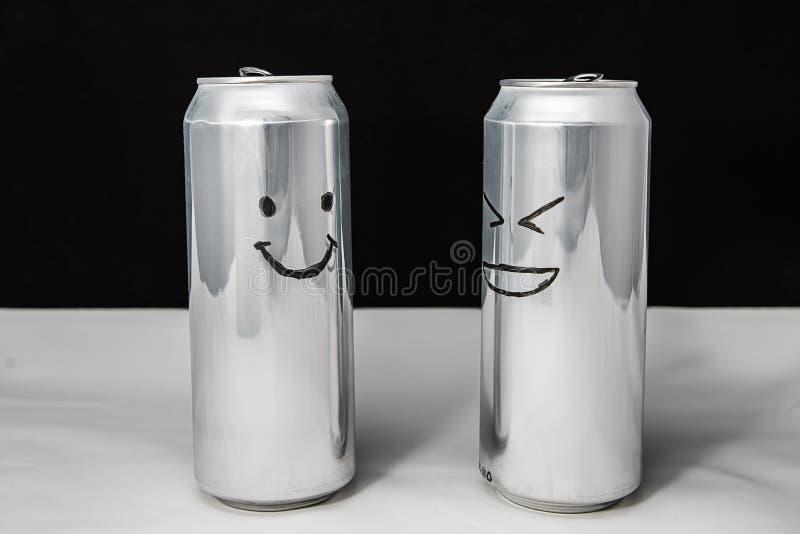 Концепция говоря друзей Emoji улыбки и смеха диалог 2 алюминиевых консервных банок на черной предпосылке взволнованности стоковое фото rf