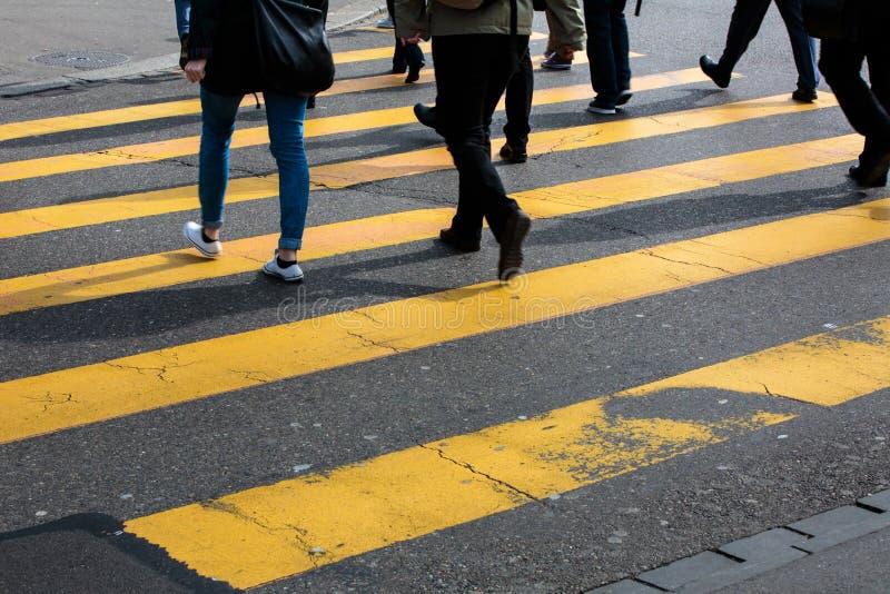Концепция городского движения - улица города с движением запачкала толпу стоковые изображения