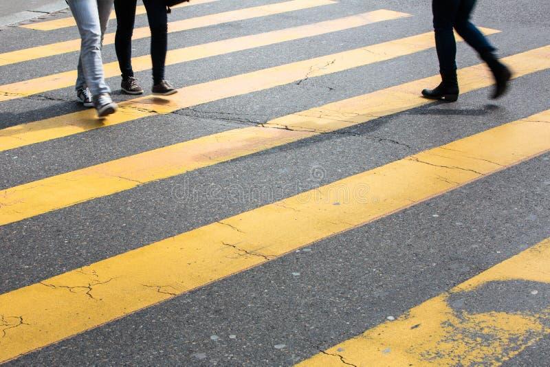 Концепция городского движения - улица города с движением запачкала толпу стоковая фотография rf