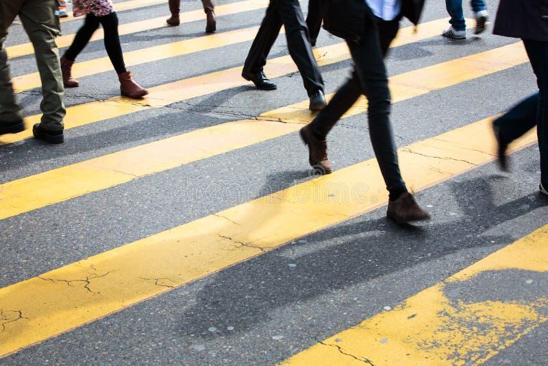 Концепция городского движения - улица города с движением запачкала толпу стоковые фотографии rf