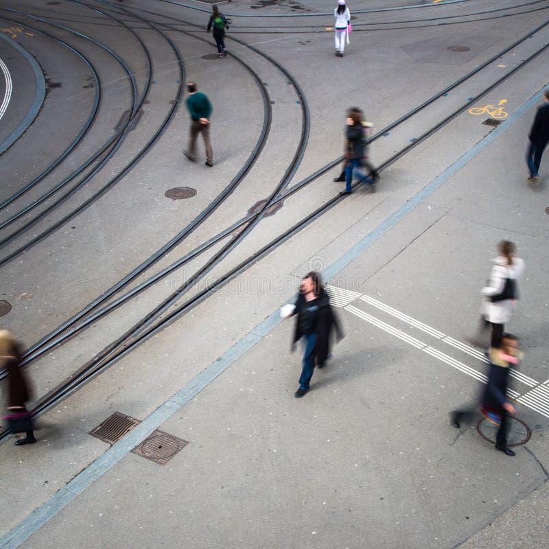 Концепция городского движения - улица города с движением запачкала толпу стоковое фото rf