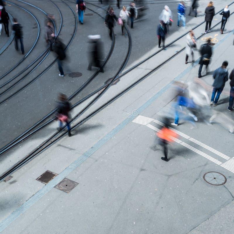 Концепция городского движения - улица города с движением запачкала толпу стоковые фото
