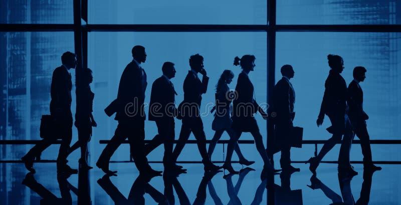 Концепция группы людей силуэта идя стоковая фотография