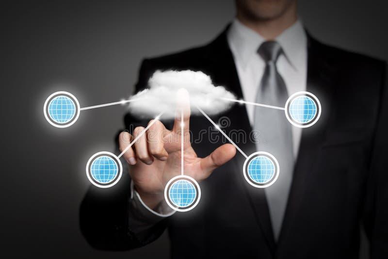 Концепция дела - бизнесмен отжимает виртуальный интерфейс сенсорного экрана - вычислять облака стоковое изображение