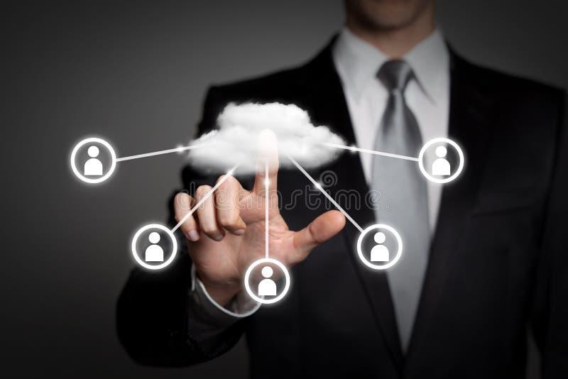 Концепция дела - бизнесмен отжимает виртуальный интерфейс сенсорного экрана - вычислять облака иллюстрация штока