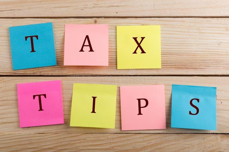 Концепция дела для налогоплательщика - много красочное липкое примечание с подсказками налога текста стоковое фото