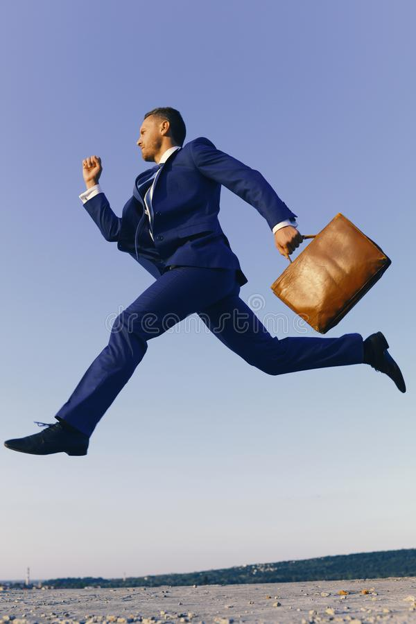 Концепция дела и успеха Руководитель проекта с серьезным выражением стороны Бизнесмен делает большой шаг вверх на карьере стоковое изображение