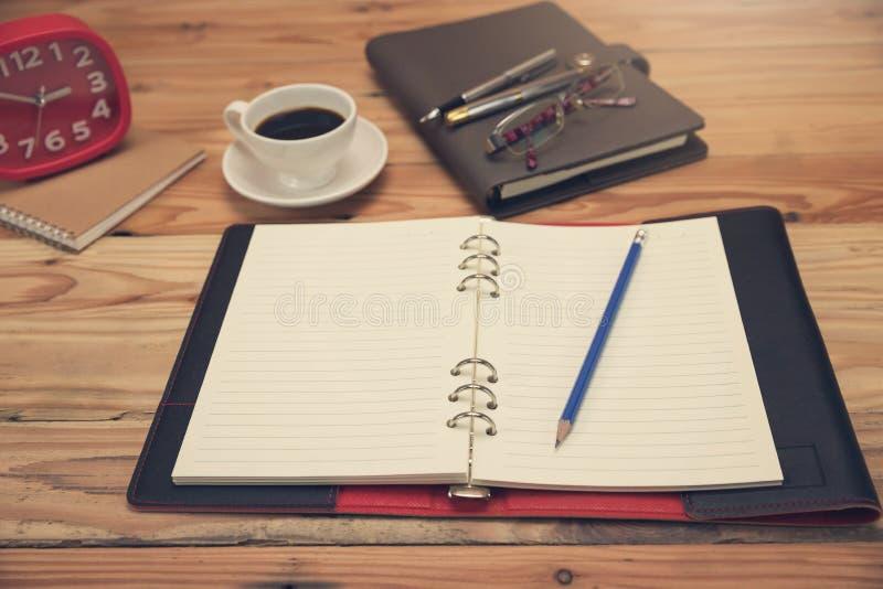 Концепция дела и финансов деятельности офиса, конца вверх по пустой тетради на столе офиса в работе стоковые изображения rf