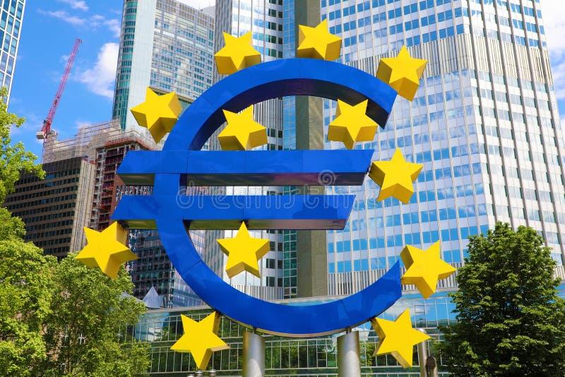 Концепция дела и финансов с гигантским знаком евро на штабах в утре, деловом районе Европейского Центрального Банка внутри стоковое изображение